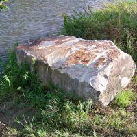 Fund eines tonnenschweren Buntsandsteinblocks in der Saale bei Großwirschleben