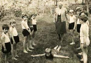 Magdalene Commichau-Trenkel, Unterricht im Lohelandgarten, um 1960. Nachlass Trenkel, Loheland-Stiftung Archiv